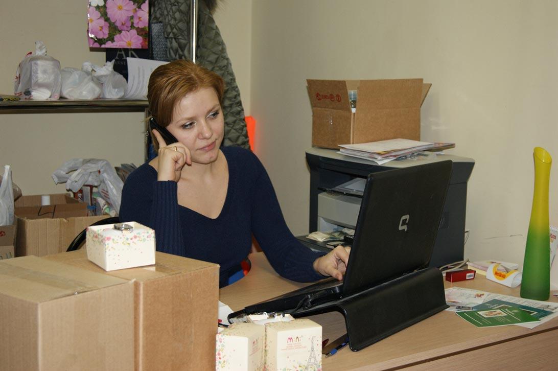 Наш офис. Менеджер Елена принимает заказ.
